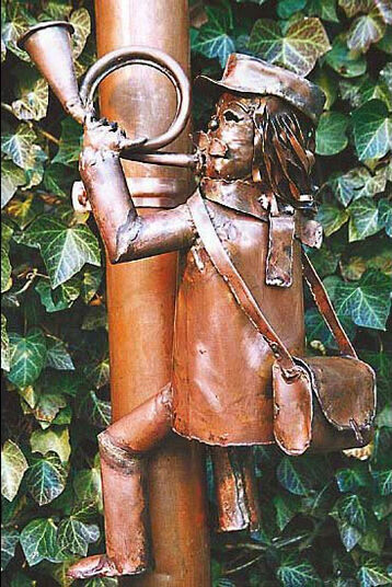 "Marcus Beitelhoff: Sculpture ""Postman for downpipe"", copper"
