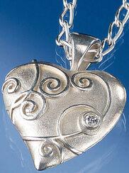 """""""Barock-Herzanhänger"""" mit Halskette, Version Silber"""