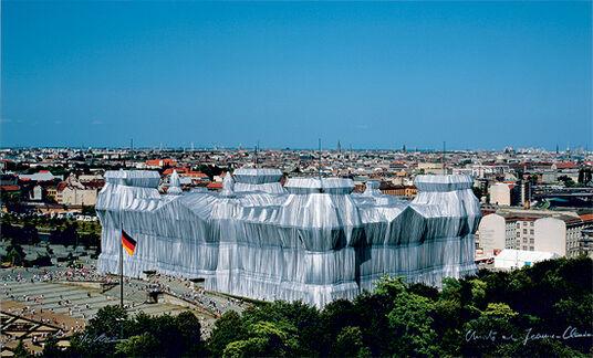 """Christo und Jeanne-Claude: Painting """"Wrapped Reichstag"""" (2007)"""