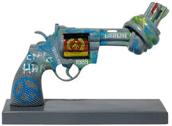 "Michael Ballack: Skulptur Knotted Gun ""Kick for Peace"""