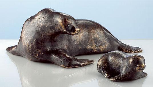 """Mechtild Born: Skulpturen """"Seehund"""" und """"Heuler"""" im Set, Bronze"""