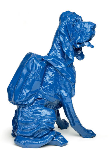 "William Sweetlove: Skulptur ""Cloned Bloodhound with Rucksack"" (2010), blau"