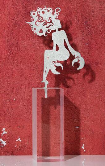 """DOS: Sternzeichen-Skulptur """"Krebs"""" (22.6.-22.7.), Edelstahl auf Sockel"""