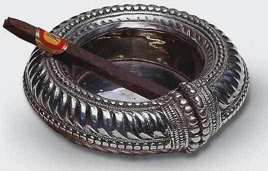 Foot ring ashtray