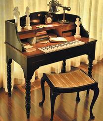 """Schreibtisch """"Chopin"""" (ohne Deko und Hocker)"""