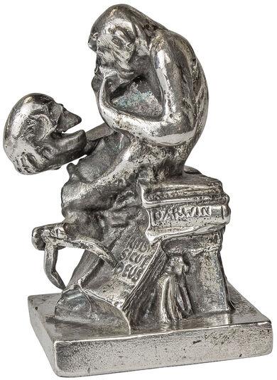 "Wolfgang Hugo Rheinhold: Skulptur ""Affe mit Schädel"" (1892-93), Version in Metallguss versilbert"