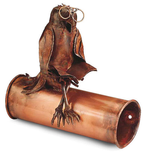 "Marcus Beitelhoff: Sculpture ""Newspaper tube with reading crow"", copper"