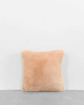 Coussin fausse fourrure rose