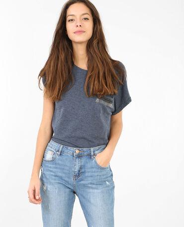 T-Shirt mit verzierter Tasche. Blau