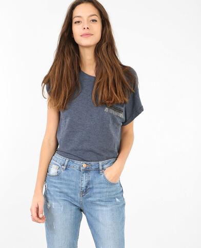 Camiseta con bolsillo de bisutería azul