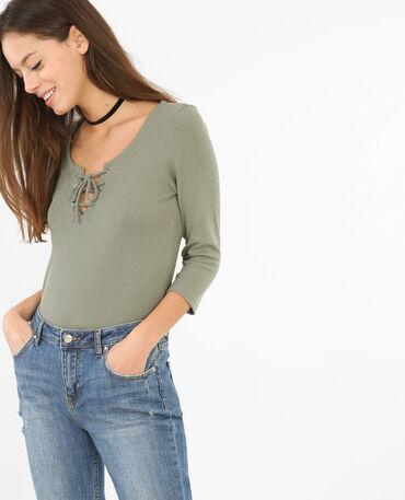 Ein am Ausschnitt geschnürtes T-Shirt Grün