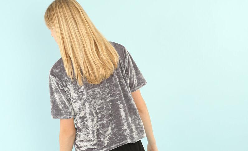 T-Shirt aus Velours mit Peekaboo-Ärmeln. Perlgrau
