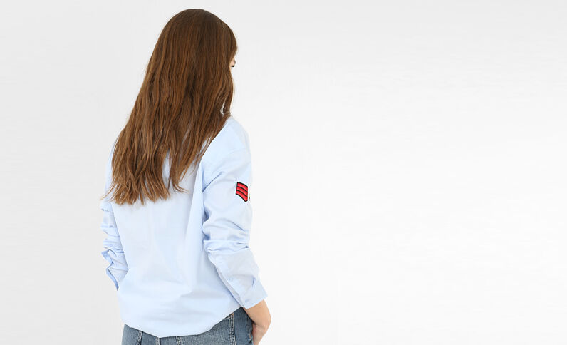 Camisa con parches azul celeste