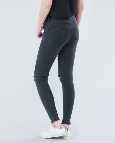 Jeggings rotos en las rodillas. gris