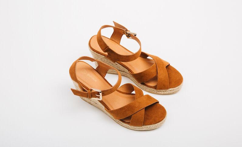 Sandalias con cuña marrón