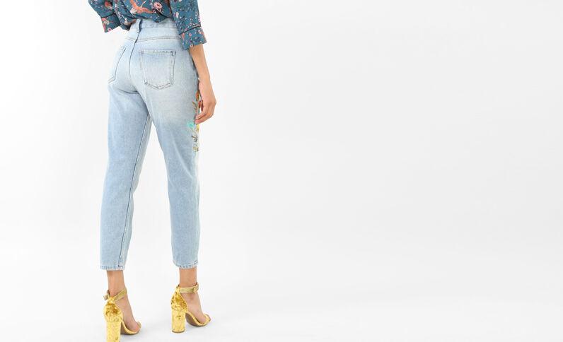 Jeans mum con bordados azul