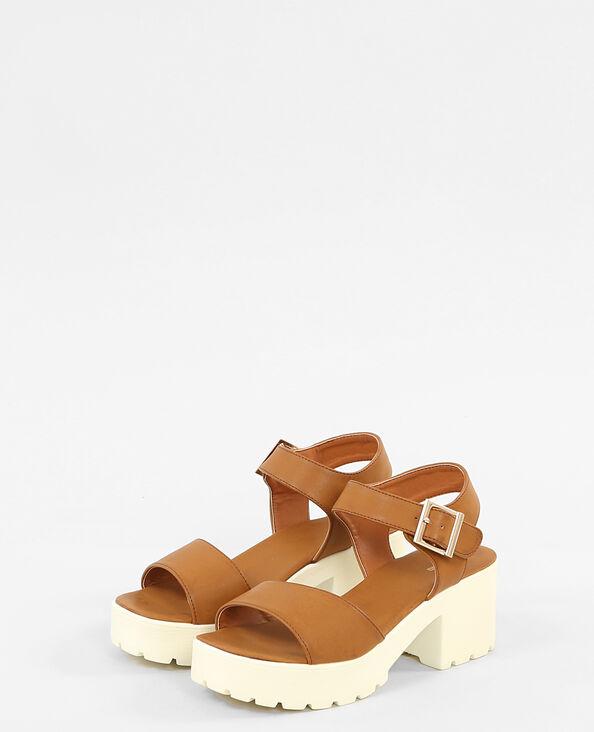 Sandali con suola tacchettata marrone
