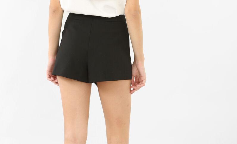 Short con cinturón negro