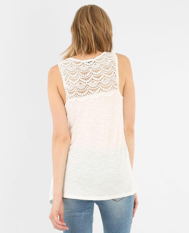 Para quien le gusta investigar e innovar en la moda sabrá que las camisetas con encajes dan mucho juego a tu estilo. La mezcla del encaje sobre una camiseta sencilla le da un toque de lo más sexy y sugerente.