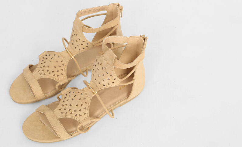 Sandalias planas caladas beige grisáceo