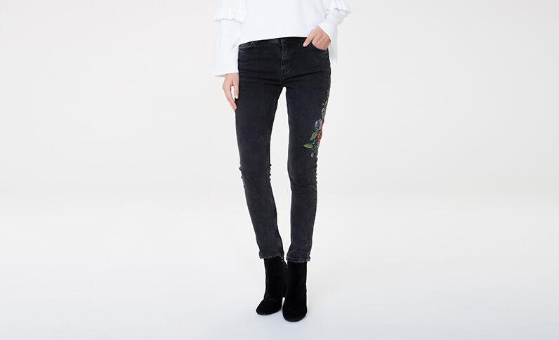 Jeans skinny bordados negro
