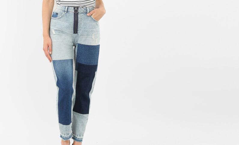Mom-Jeans mit Patches Denimblau