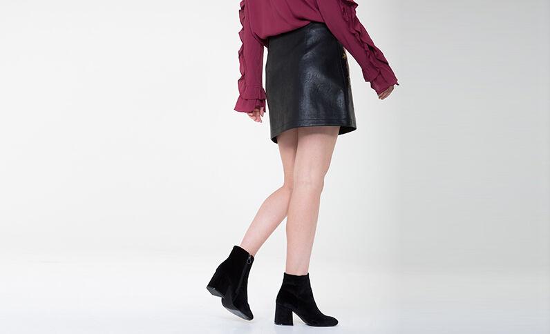 Minifalda de polipiel bordada negro