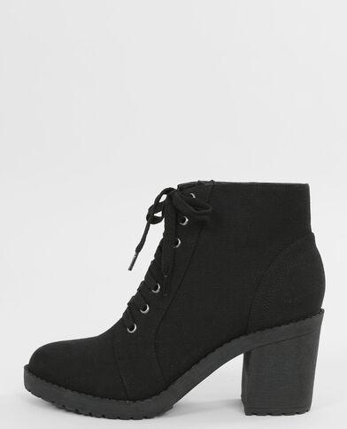 Botas con cordones. negro