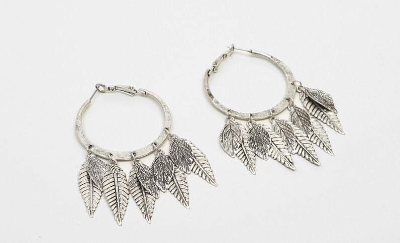 Boucles d'oreilles pendantes feuilles gris argenté
