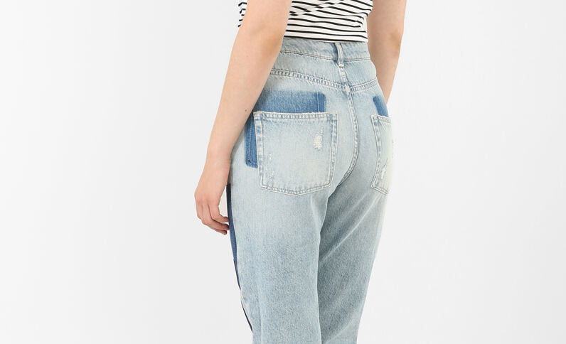 Jeans mom con patch blu denim