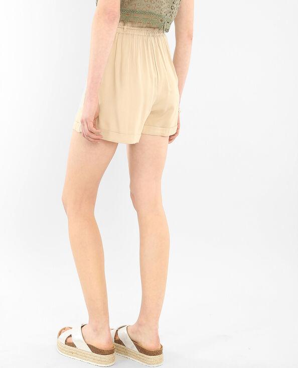 Short morbido con cintura beige