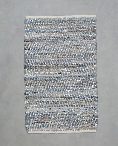 Alfombra tejida con tela vaquera y piel sintética azul