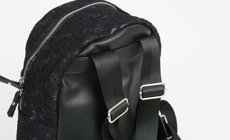 Mochila con encaje negro