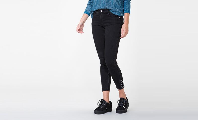 Skinny Jeans mit Ösen Schwarz