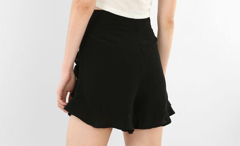 Weite Shorts mit Rüschen. Schwarz