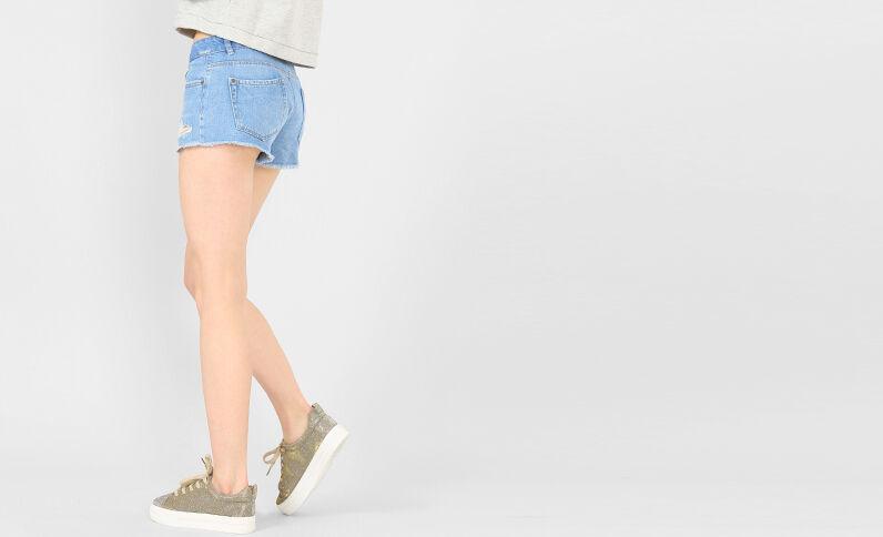 Mini-Jeansshorts im Destroy-Look Himmelblau