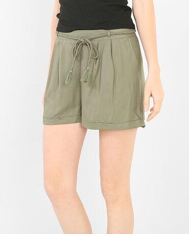 Locker fallende Shorts mit Gürtel Grün