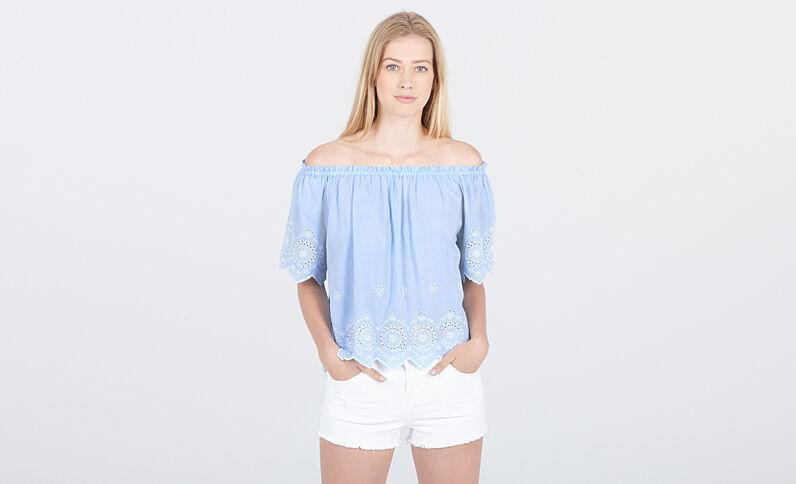 Blusa beachwear con bordados azul celeste