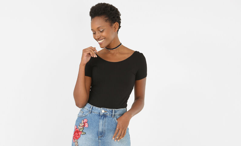 T-shirt cropped a coste nero