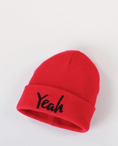 Bonnet avec inscription rouge