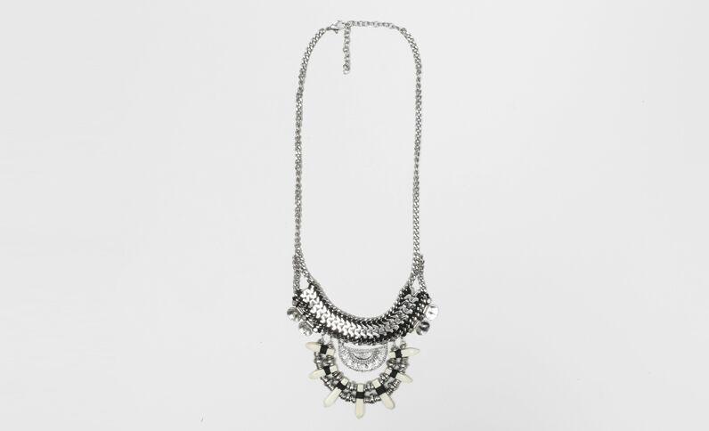 Collana amuleti grigio paillettato