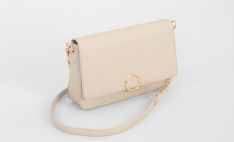Kleine Handtasche mit goldfarbenem Ring Hellbeige