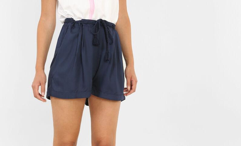 Schön fallende Shorts. Marineblau