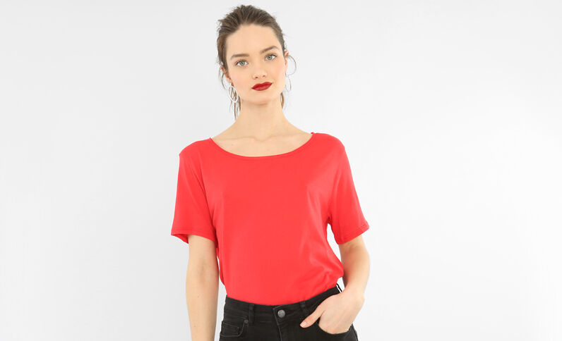T-shirt col raw cut rouge