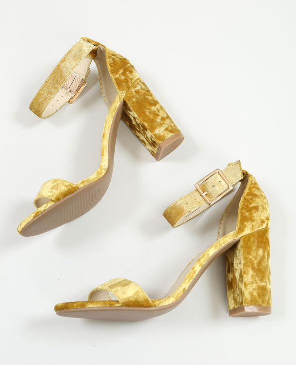 Sandalias efecto terciopelo mostaza