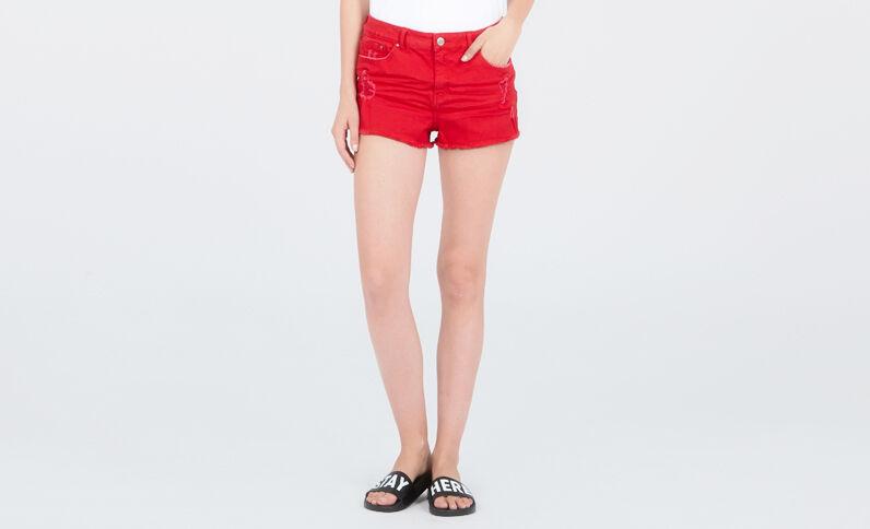 Short en jean destroy rouge
