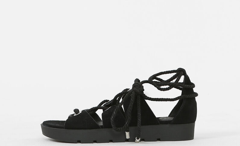 Sandalias planas con cordón para anudar. negro