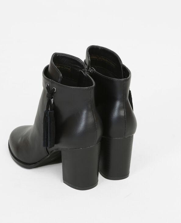Boots con tacchi e pompon nero