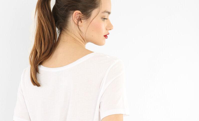 Camiseta cuello raw cut marfil