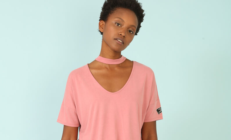 T-shirt con collo chocker rosa